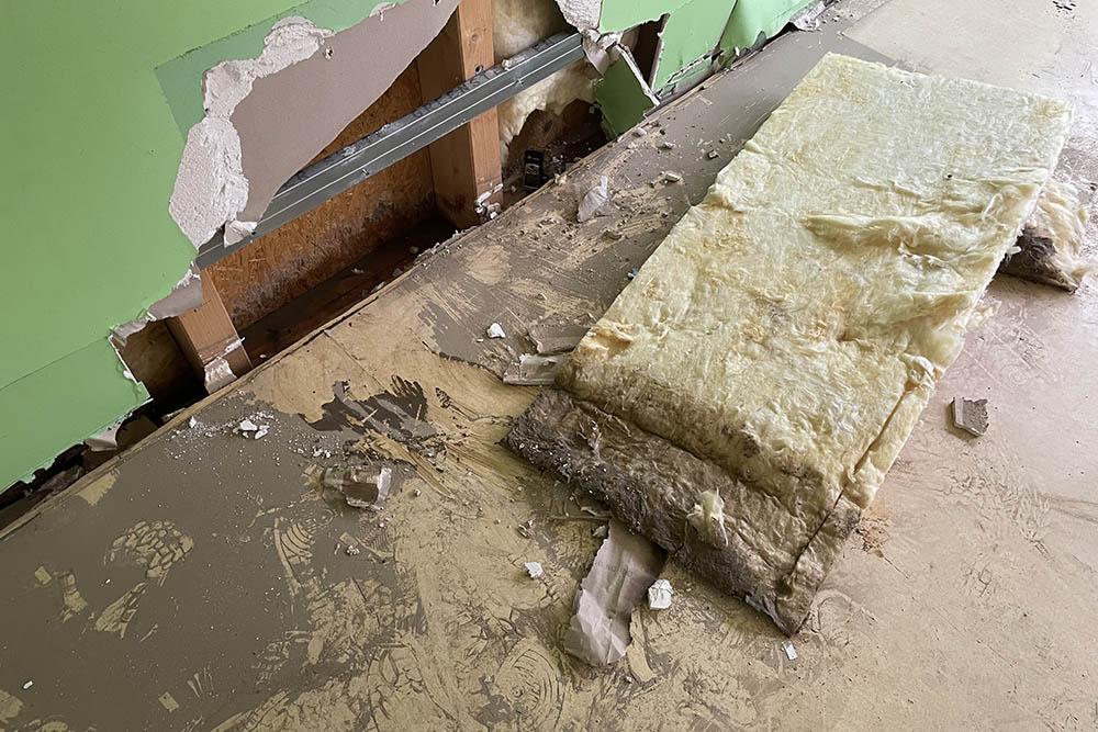 Feuchte, aufgerissene Wand